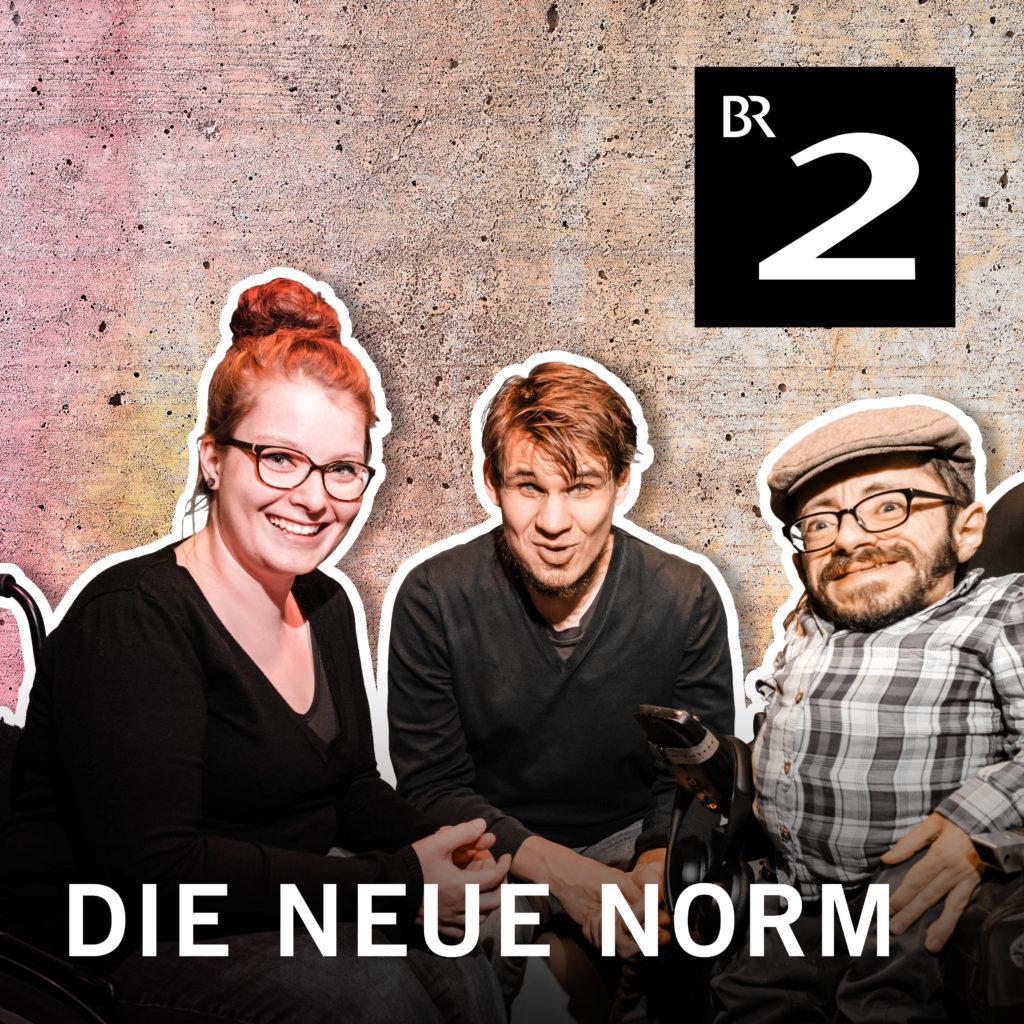"""Judyta, Jonas und Raul sitzen vor einem beigen Hintergrund. Ihre Körper sind mit einem weißen Rand freigestellt. In der rechten oberen Ecke ist das Logo von Bayern zwei. Ein weisses B und eine zwei in einem schwarzen Quadrat. Unten steht """"Die neue Norm""""."""