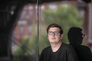 Peter Wittkamp hat kurze Haare und trägt eine Brille er schaut in die Ferne