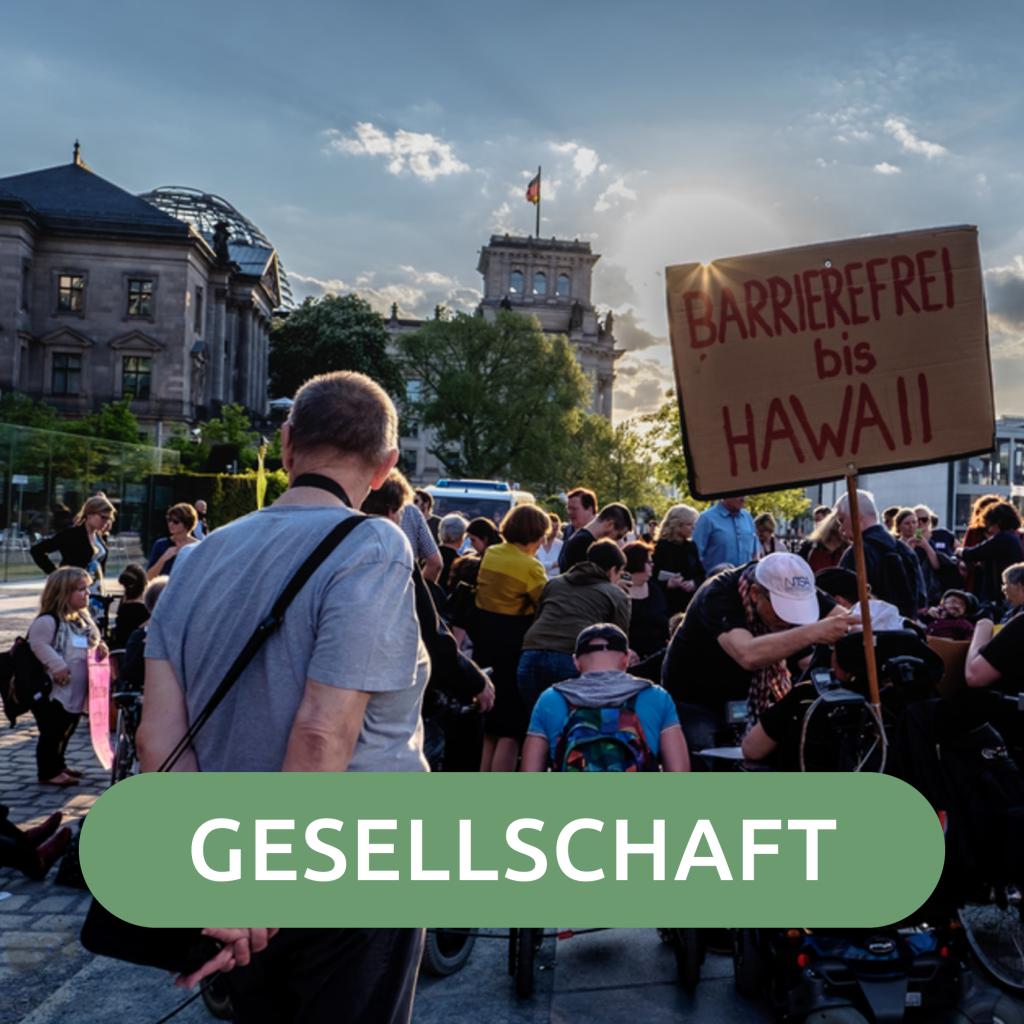 Bild von einer Demonstration und dem Text Gesellschaft
