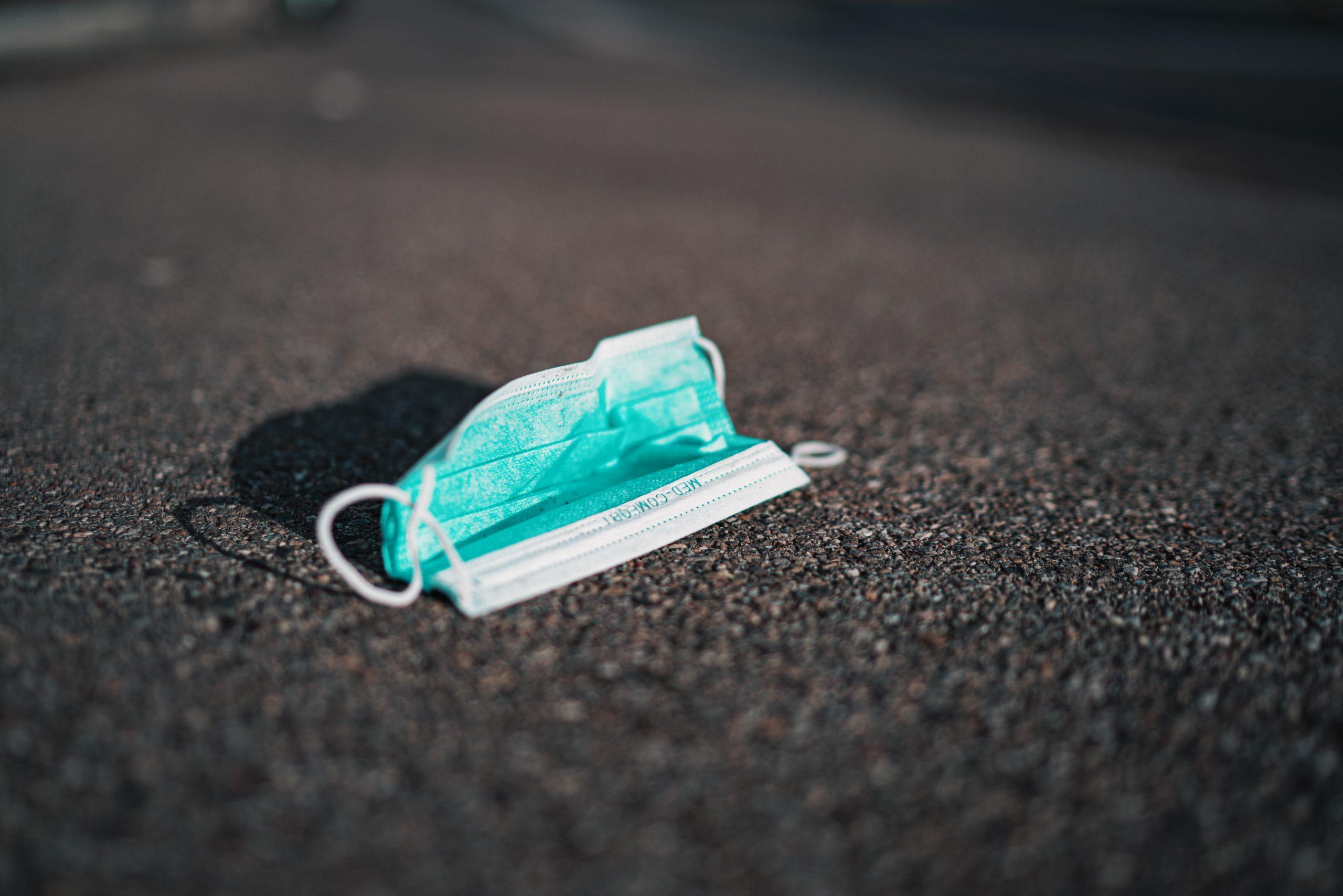Eine Mundschutzmaske auf der Straße
