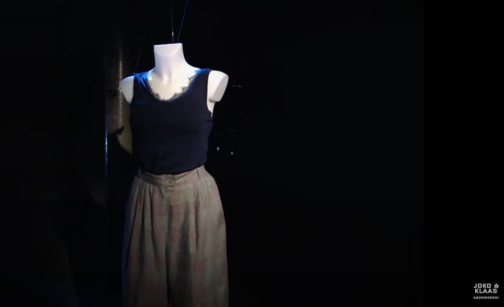 Eine Kleiderpuppe in der Dunkelheit. Sie trägt ein Top und Hosen