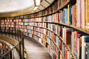 Ein langes Bücherregal an einer Wand die leicht nach links abbiegt