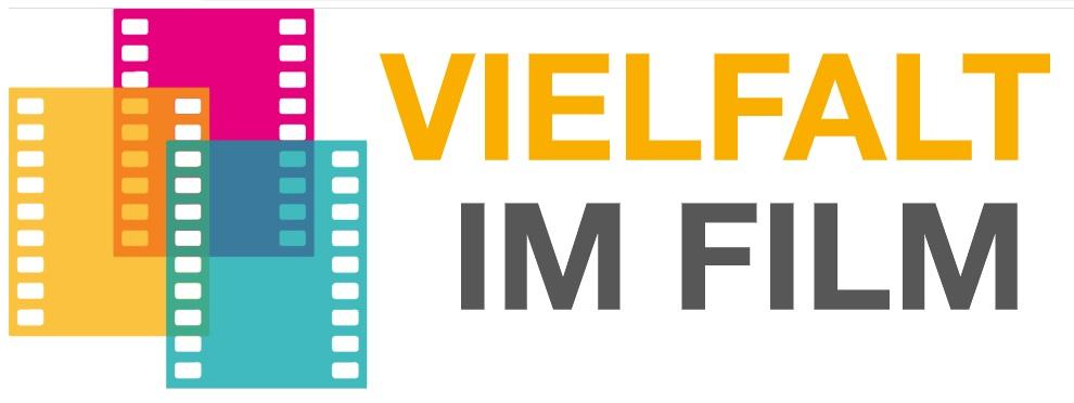 Das Logo von Vielfalt im Film. Ein gelber, ein blauer und ein roter Filmstrefen liegen nebeneinander und überlappen sich in der Mitte. Daneben steht Vielfalt im Film.