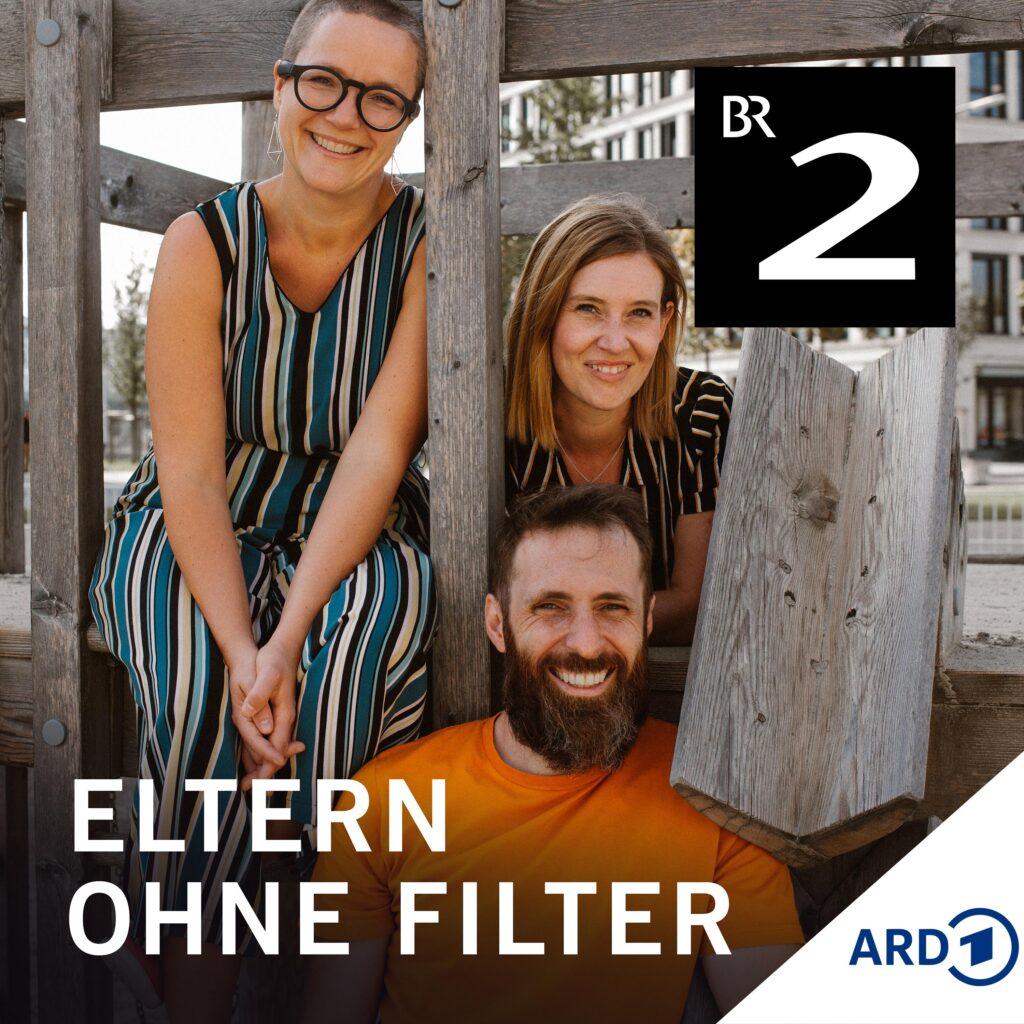 Ein Mann und zwei Frauen sitzen nebeneinander und schauen in die Kamera. Oben rechts ist das Logo von Bayern 2. Unten steht in großen Buchstaben: Eltern ohne Filter.