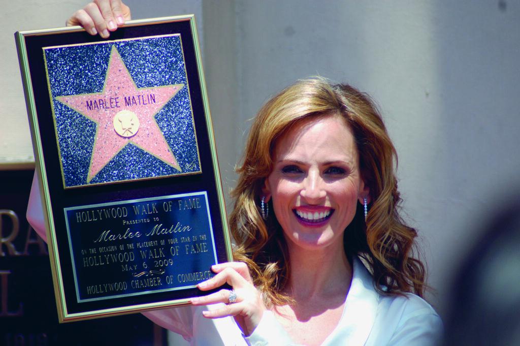 Schauspielerin Marlee Matlin hält die Auszeichnung für den Stern auf dem Hollywood Boulevard hoch.