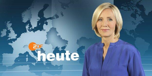 Ein Foto von Petra Gerster, einer weißen blonden Frau mit einer schimmernden blauen Bluse. Im Hintergrund ist das ZDF heute Studio zu sehen.