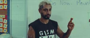 Ein Mann mit Bart und blondierten Haaren spricht Gebärdensprache.