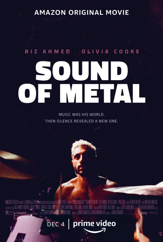 Filmplakat von Sound of Metal. Ein Mann mit nacktem Oberkörper und kurzen blonden Haaren sitzt im Scheinwerferlicht hinter einem Schlagzeug. Der Hintergrund ist schwarz der Titel des Films in dicken weißen Buchstaben.