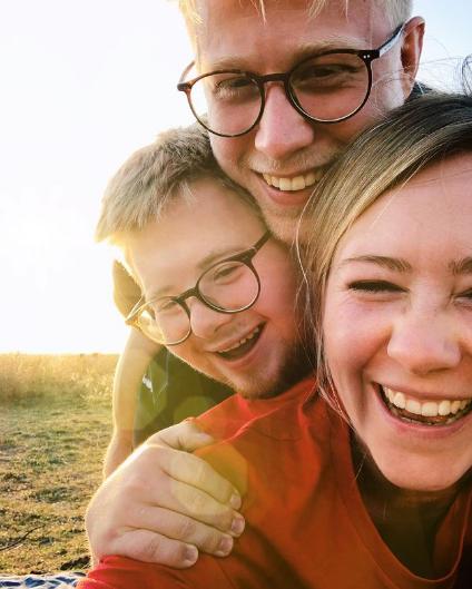 Selfie von Tabea Mewes mit ihren beiden Brüdern Mari und Tilman. Alle lachen.
