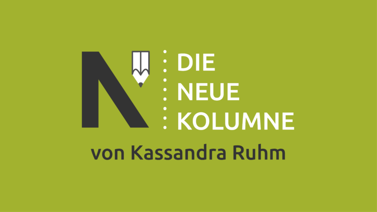 Das Logo von Die Neue Norm auf hellgrünem Grund. Rechts davon steht: Die Neue Kolumne. Unten steht: Kassandra Ruhm.