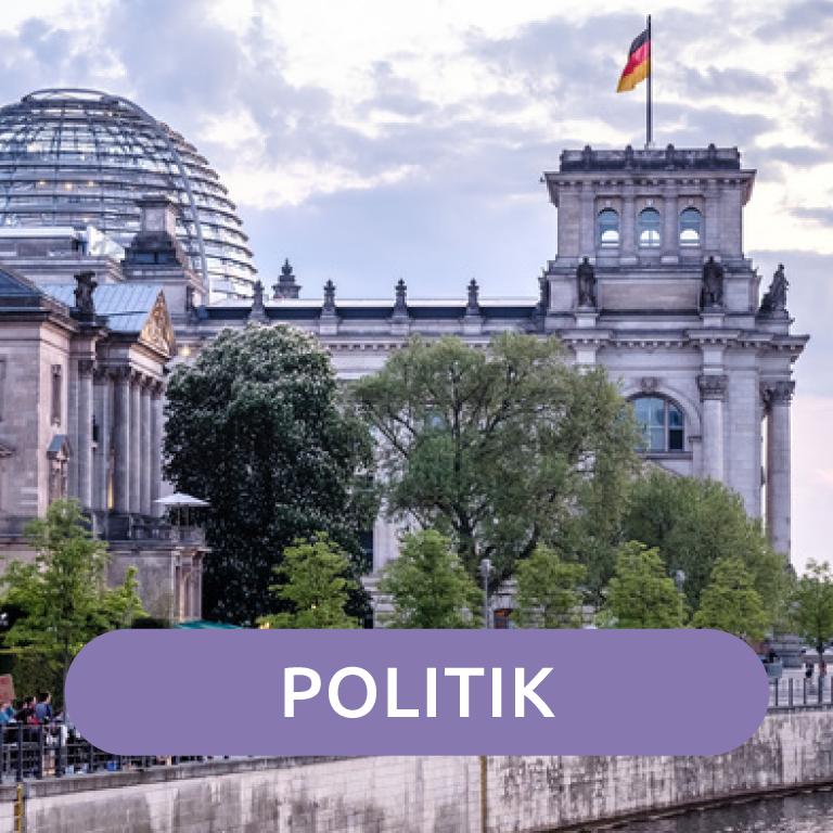 Menschen stehen vor dem Berliner Reichstag.